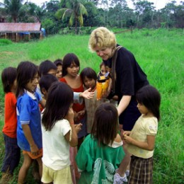 Yvonne gives candy to Bolivian children